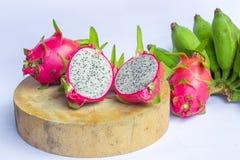 Frutta del drago su fondo bianco, sulla frutta del drago, sulla frutta sana, sulla frutta del drago e sulla banana su fondo bianc Fotografia Stock Libera da Diritti
