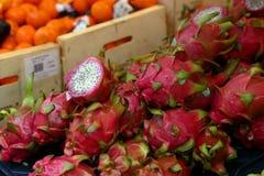 Frutta del drago su una stalla del mercato Immagine Stock