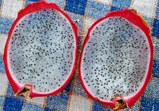 Frutta del drago sulla tavola fotografie stock