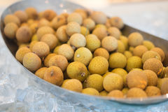 Frutta del Longan dagli agricoltori tailandesi Fotografia Stock Libera da Diritti