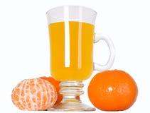Frutta del mandarino e succo di arancia in vetro immagini stock