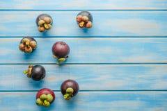 Frutta del mangostano su fondo di legno blu Immagine Stock