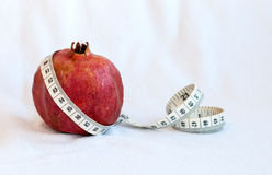 Frutta del melograno e nastro di misurazione Immagini Stock