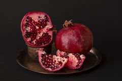 Frutta del melograno Melograni sopra cenni storici neri Fotografia Stock Libera da Diritti