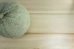 Frutta del melone su di legno fotografie stock