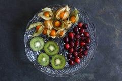 Frutta del Physalis - alchechengi con i mirtilli rossi ed il kiwi fotografia stock