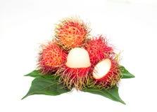 Frutta del Rambutan sul tronco nella frutta deliziosa del gardensweet isolata su fondo bianco immagine stock