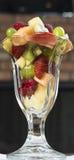 Frutta deliziosa di Sesaonal in vetro di parfait Fotografie Stock
