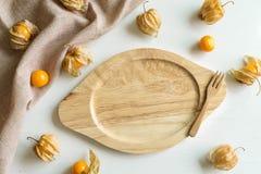 Frutta dell'alchechengio e piatto vuoto Fotografia Stock