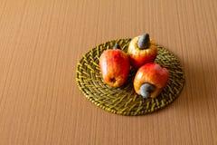 Frutta dell'anacardio con fondo bianco immagini stock