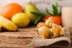 Frutta dell'uva spina sul panno della iuta con altri frutti nel fondo Fotografia Stock Libera da Diritti