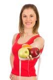 Frutta della holding della ragazza e un nastro di misura Immagini Stock Libere da Diritti