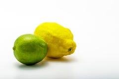 Frutta della limetta e del limone su fondo bianco Fotografia Stock