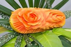 Frutta della papaia che scolpisce sotto forma di rose Immagine Stock
