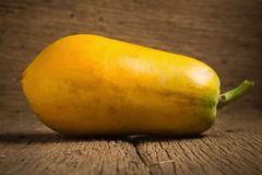 Frutta della papaia Vecchio di legno moring Tramonto Arte Asiatico fotografia stock libera da diritti
