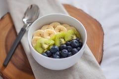 Frutta della prima colazione e ciotola del yogurt Fotografia Stock Libera da Diritti