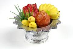 Frutta della scultura in vassoio per il sacrificio Immagini Stock