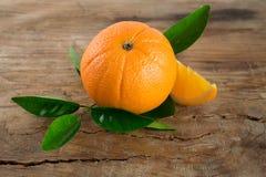Frutta delle arance con le foglie su fondo di legno Immagine Stock Libera da Diritti