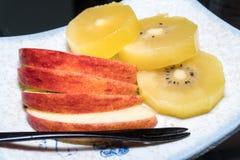 Frutta di Apple e del kiwi sul piatto Fotografia Stock Libera da Diritti