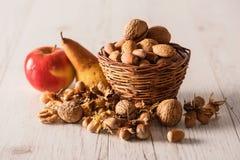 Frutta di autunno in cestino Fotografia Stock Libera da Diritti