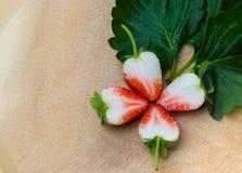 Frutta di bacche della fragola con le foglie verdi Immagini Stock Libere da Diritti