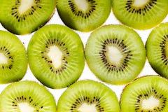 Frutta di kiwi affettata su priorità bassa bianca fotografia stock