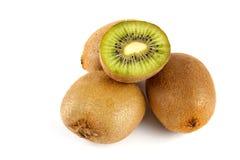 Frutta di kiwi affettata su priorità bassa bianca Immagine Stock