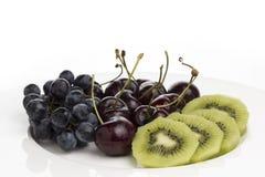 Frutta di Kiwi Cherry Grape sul piatto bianco immagine stock libera da diritti