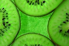 Frutta di kiwi delle quattro fette su verde Fotografie Stock