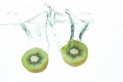 Frutta di kiwi di immersione subacquea immagini stock libere da diritti