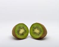 Frutta di Kiwi isolata su priorità bassa bianca Immagine Stock