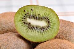 Frutta di Kiwi su un piano d'appoggio. Immagini Stock
