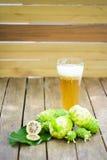 Frutta di Noni e succo e fiore di noni sulla vecchia tavola di legno verticale Fotografia Stock Libera da Diritti