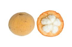 Frutta di Santol con buccia isolata su fondo bianco Immagine Stock