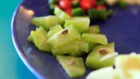Frutta di stella affettata sul piatto blu Immagini Stock Libere da Diritti