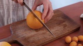 Frutta di taglio sul tavolo da cucina video d archivio