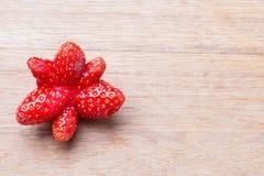 Frutta dispari rossa della fragola sulla tavola di legno immagine stock libera da diritti