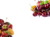 Frutta e bacche isolate su priorità bassa bianca Ciliege, fragole ed albicocche mature Frutti dolci e succosi ad un confine di im Immagine Stock