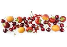 Frutta e bacche isolate su priorità bassa bianca Frutti dolci e succosi al confine dell'immagine con lo spazio della copia per te Immagini Stock