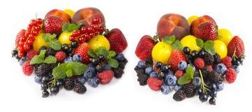 Frutta e bacche isolate su priorità bassa bianca Uva passa matura, fragole, more, bluberries, pesche e prugne gialle Fotografie Stock Libere da Diritti