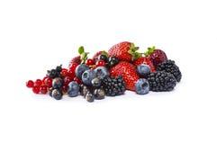 Frutta e bacche isolate su priorità bassa bianca Uva passa matura, more, mirtilli, fragole Frutta dolce e sugosa Fotografie Stock Libere da Diritti