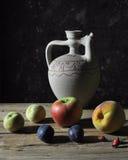 Frutta e brocca Immagini Stock Libere da Diritti