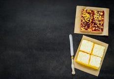 Frutta e dolce crema bianco sullo spazio della copia Fotografia Stock