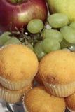 Frutta e focaccine della prima colazione Immagini Stock