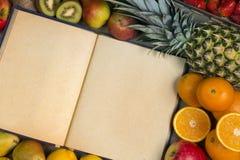 Frutta e libro in bianco di ricetta - spazio per testo fotografie stock