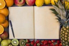Frutta e libro in bianco di ricetta - spazio per testo fotografia stock libera da diritti