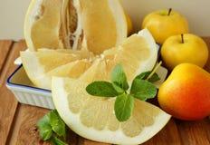 Frutta e menta gialle su una tavola Immagine Stock