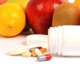 Frutta e pillole Immagini Stock Libere da Diritti