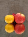Frutta e riflessione Fotografie Stock Libere da Diritti