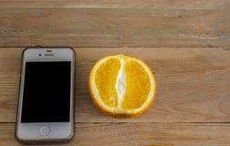Frutta e smartphone arancio Fotografia Stock Libera da Diritti